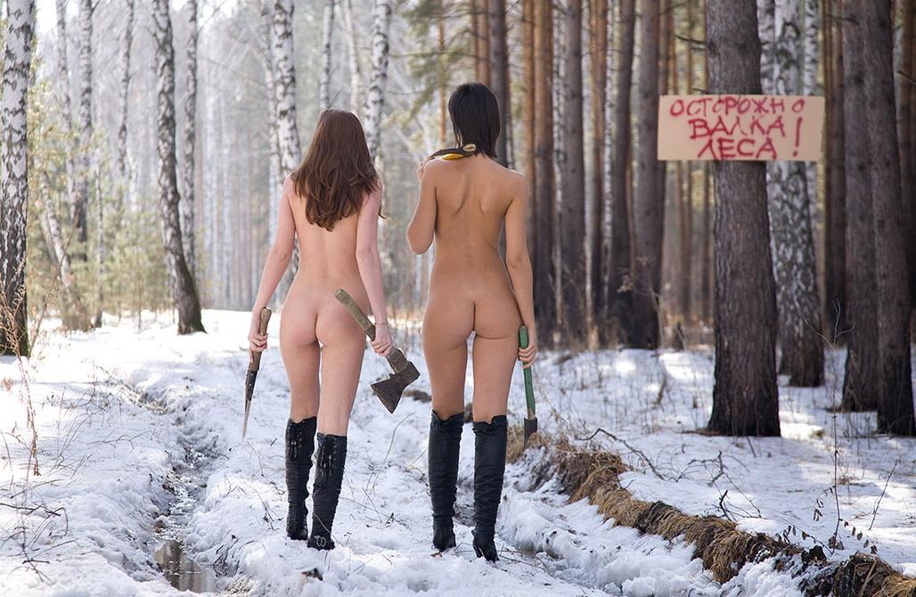 prikoli-s-golimi-telochkami-v-lesu-zhestko