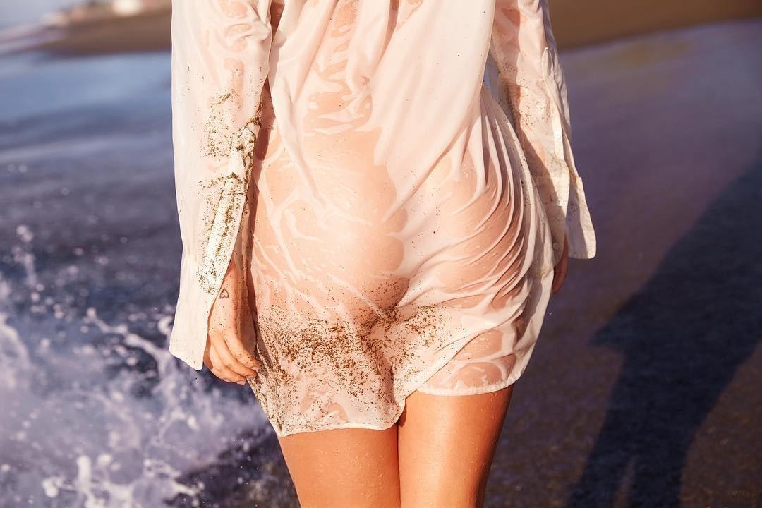 Хорошего мокрое просвечвающее платье на девушке