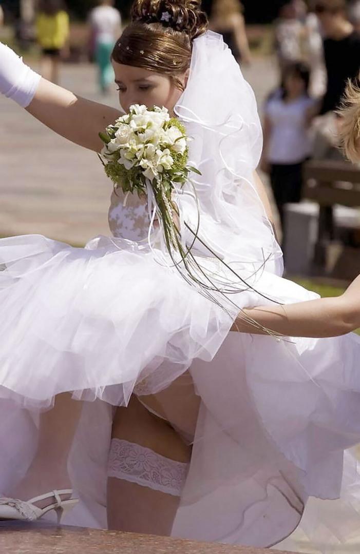 У невесты под платьем настоящее видео, два негра с длинными хуями кончают в одну пизду