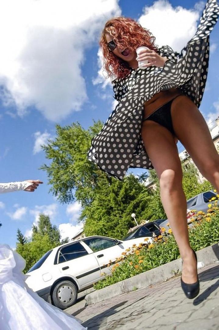 Фото женщин поднявшие юбку, я и сиськи телочки