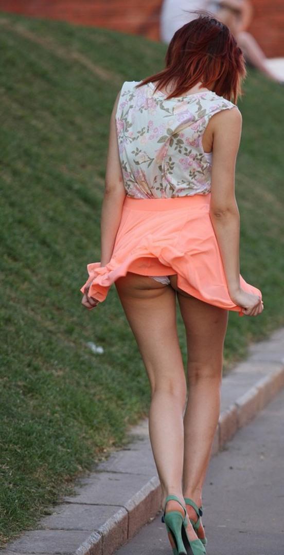 девушки в коротких юбках и видно трусы - 2